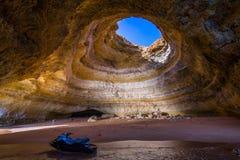 在Benagil海滩的著名海洞在阿尔加威,葡萄牙 库存图片