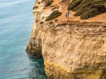 在Benagil附近的峭壁在南葡萄牙 图库摄影