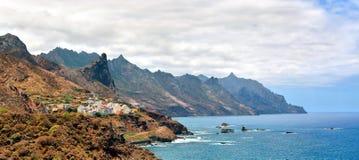 在Benijo,特内里费岛附近的岩石大西洋海岸 免版税库存图片