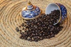 在Benjarong褐色的咖啡豆在黄麻绳索 库存图片