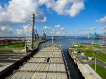 在Berendrechtsluis锁,安特卫普,比利时里面的船 免版税库存图片