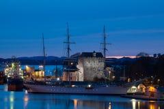 在Bergenhus Festning,卑尔根,挪威前面的老高船 库存照片