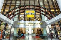 在Berjaya时代广场吉隆坡入口的圣诞节装饰  人们在它附近能看的探索和购物 库存图片