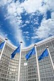 在Berlaymont大厦,布鲁塞尔,比利时前面的欧盟旗子 免版税图库摄影