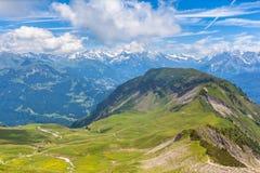 在Bernese Oberland的远足的道路上 免版税库存照片