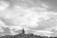 在Beyoglu,伊斯坦布尔,土耳其的多云天空 库存图片