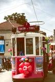 在Beyoglu Istiklal街Taksim上的红色电车 免版税库存图片