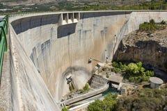 在Beznar水库的水坝墙壁 库存照片