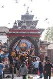 在Bhairavnath雕象前面的人们 库存图片