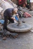 在Bhaktapu供以人员谁工作手工造2013年12月2日的瓦器 免版税图库摄影