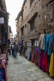 在Bhaktapur,尼泊尔附近的拥挤的街 免版税图库摄影