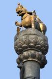 在Bhaktapur Durbar广场的狮子柱子 免版税库存照片