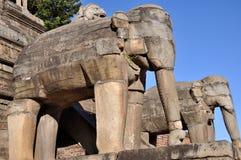 在Bhaktapur Durbar广场的石大象 图库摄影
