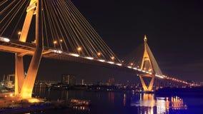 在Bhumibol桥梁在微明下,曼谷,泰国的都市风景视图 库存照片