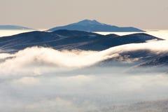 在Bieszczady山的有雾的风景 免版税库存图片