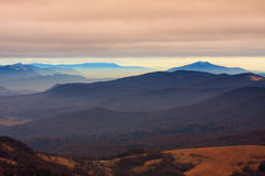 在Bieszczady山的有雾的风景 库存照片