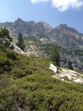 在Big Bear湖上的山峰 库存图片
