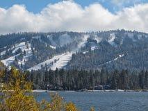 在Big Bear湖,加利福尼亚的冬天场面 免版税库存照片