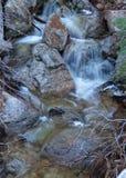 在Big Bear湖,加利福尼亚附近的冬天瀑布 免版税库存照片