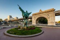 在BirHakeim桥梁在黎明,巴黎的法国再生的雕象 图库摄影