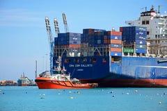 在Birzebugga口岸,马耳他的集装箱船 库存图片