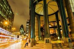 在Bishopsgate的历史大厦在伦敦市在晚上 库存图片