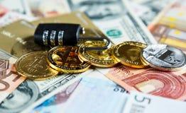 在bitcoins的锁在真正的金钱背景 互联网安全,风险,投资,事务 库存图片