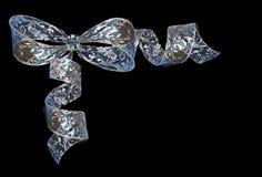 在blac隔绝的透明发光的卷曲的青银丝带弓 免版税库存照片