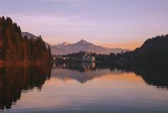 在Bled村庄的看法有背景的多雪的阿尔卑斯的 免版税库存图片