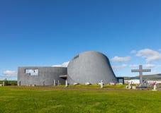 在Blonduos附近的现代教会Blonduoskirkja-yngri在冰岛 库存照片