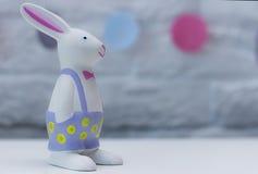 在blured背景的复活节兔子 免版税库存照片