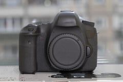 在blured背景的数字式DSLR照相机 免版税库存照片