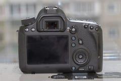 在blured背景的数字式DSLR照相机 免版税库存图片