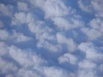 在Bluw天空-抽象背景的白色云彩 免版税库存图片