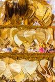 在bo叶子形状装饰的金黄金属板 免版税库存照片