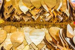 在bo叶子形状装饰的金黄金属板 库存图片