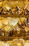 在bo叶子形状装饰的金黄金属板 图库摄影