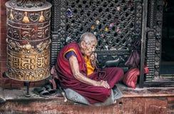 在Bodnath stupa附近的老妇人 免版税库存照片