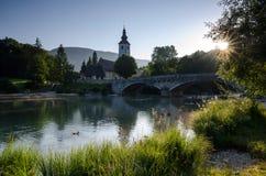 在Bohinj湖的日出有圣约翰教会的湖边的, Bohinj,斯洛文尼亚,欧洲浸礼会教友 库存照片