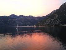 在boka kotorska海湾的日落在黑山 免版税库存照片