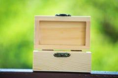 在bokeh树被弄脏的背景的箱子木头 使用墙纸或背景对象、包裹或者产品形象的 库存照片
