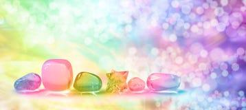 在Bokeh横幅的充满活力的医治用的水晶 免版税库存图片