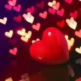 在Bokeh的华伦泰红色心脏在黑暗。情人节卡片 免版税库存图片