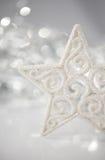 在bokeh的白色圣诞节星点燃与空间的背景文本的 圣诞快乐看板卡 免版税库存照片