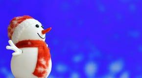 在bokeh背景的圣诞节雪人 免版税图库摄影