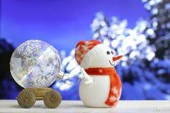 在bokeh背景的圣诞节雪人 免版税库存照片