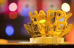 在bokeh背景的金黄新年快乐头饰带 库存图片