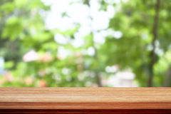 在bokeh绿色的木台式离开背景 库存照片