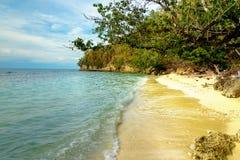 在Bolilanga海岛上的离开的海滩 免版税库存照片