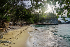 在Bolilanga海岛上的离开的海滩 库存照片